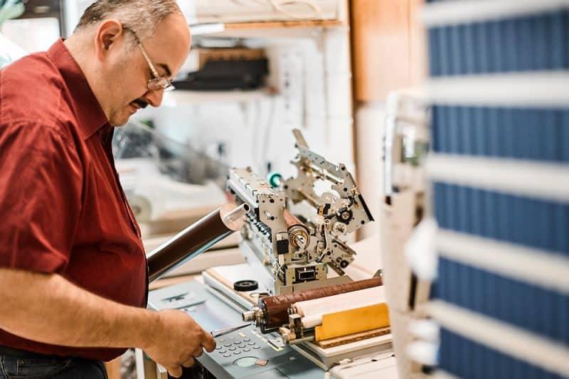 """Daniel Lameh kennt jede Schraube seiner Drucker: """"Akribische Wartung ist das A und O des perfekten Ergebnisses."""""""