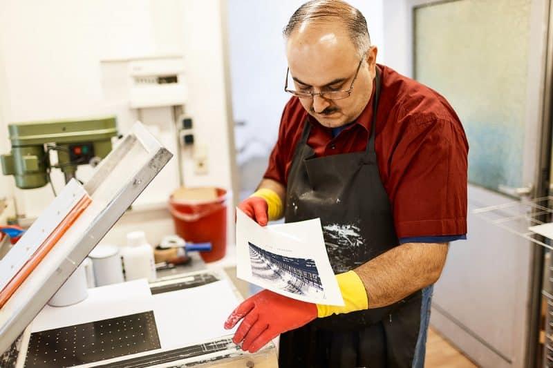 Nachdem das Bild auf die Folie gedruckt wurde, wird es chemisch bearbeitet, damit es auf die Fliese übertragen werden kann.